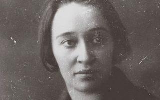 Η Ναντιέζντα Μαντελστάμ, όλα αυτά τα χρόνια της καταδίωξης, ακολουθούσε τον σύζυγό της Οσιπ και συγκέντρωνε υλικό.