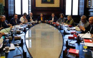 Στιγμιότυπο από χθεσινή σύσκεψη εκπροσώπων των κομμάτων στο καταλανικό Κοινοβούλιο, υπό την πρόεδρο του σώματος Κάρμε Φορσαντέλ (κέντρο).