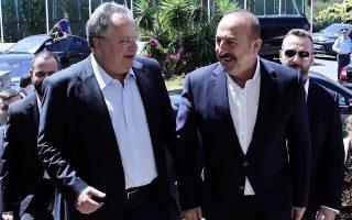 Οι κ. Νίκος Κοτζιάς και Μεβλούτ Τσαβούσογλου στην ανεπίσημη συνάντηση που είχαν τον Αύγουστο του 2016, στην Κρήτη.