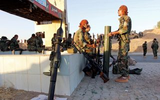 Κούρδοι μαχητές συγκεντρώνονται βόρεια του Κιρκούκ, ενώ ο ιρακινός στρατός αναπτύσσει τεθωρακισμένα και μονάδες πυροβολικού βορειοδυτικά της Μοσούλης, στην περιοχή όπου βρίσκεται σημαντικός αγωγός μεταφοράς κουρδικού πετρελαίου.
