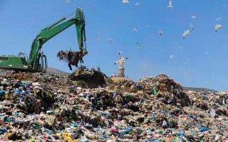 Ανάμεσα στα αρνητικά του τελευταίου έτους είναι η δημιουργία νέων χωματερών και η αύξηση των περιστατικών προβληματικής λειτουργίας ΧΥΤΑ.