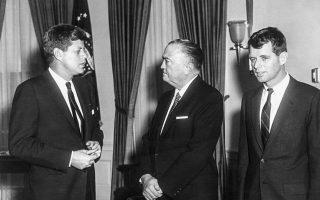 Ο πρόεδρος Τζον Κένεντι, ο διευθυντής του FBI Τζ. Εντγκαρ Χούβερ και ο υπουργός Δικαιοσύνης και αδελφός του προέδρου, Τεντ στον Λευκό Οίκο. Ο Ντόναλντ Τραμπ ανακοίνωσε ότι θα προχωρήσει στον αποχαρακτηρισμό 3.000 εγγράφων για τη δολοφονία Κένεντι.