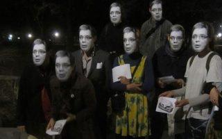 Μάσκες του πρωθυπουργού Βούτσιτς φόρεσαν σε ένδειξη διαμαρτυρίας οι Σέρβοι εικαστικοί.