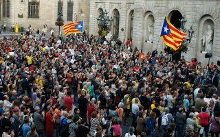 Οπαδοί της ανεξαρτησίας διαδηλώνουν μπροστά από το μέγαρο της περιφερειακής κυβέρνησης, Τζενεραλιτάτ, στο κέντρο της Βαρκελώνης.