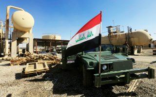Η ιρακινή σημαία ανεμίζει πάνω σε στρατιωτικό όχημα στις πετρελαϊκές εγκαταστάσεις του Ντιμπίς, στα περίχωρα του Κιρκούκ, στα μέχρι πρότινος εδαφικά κέρδη των Κούρδων από τις μάχες εναντίον του Ισλαμικού Κράτους.
