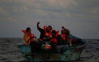 Ενθύμιον ταξιδιού. Χαλαροί στην (σχεδόν άδεια) ξύλινη βάρκα τους οι Λίβυοι παράνομοι μετανάστες βγάζουν σέλφι χαμογελαστοί. Η φωτογραφία τραβήχτηκε σχεδόν 40 μίλια από την ακτή και κατά την  διάρκεια διάσωσής τους. REUTERS/Darrin Zammit Lupi