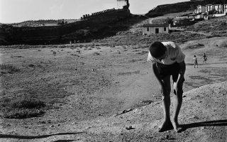 Επταπύργιο. Ο Δημήτρης Χαρισιάδης εικονίζει την περιοχή όπου έδρασε το «ξυπόλητο τάγμα», τα 160 παιδιά που διώχθηκαν από τα ορφανοτροφεία της Θεσσαλονίκης και ανέπτυξαν αντιστασιακή δράση, κλέβοντας προμήθειες από τους Γερμανούς και τους μαυραγορίτες.