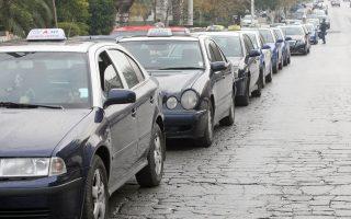 Οι ουρές από ταξί «στην αναμονή» στις πιάτσες είναι ο καθρέφτης του προβλήματος που αντιμετωπίζουν καθημερινά οι οδηγοί ταξί, καθώς ο τζίρος του κλάδου είναι σημαντικά περιορισμένος.