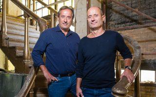 Οι ιδιοκτήτες Ανδρέας και Γιώργος Πιτσιλής στη θρυλική σκάλα του Rock 'n' Roll,  ενώ οι εργασίες για την ανακαίνισή του συνεχίζονται. © Βαγγέλης Ζαβός