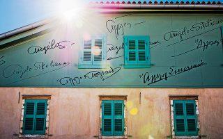 Οι διαφορετικές υπογραφές του Άγγελου Σικελιανού «δραπετεύουν» προς τον ουρανό. Φωτογραφίες Βαγγέλης Ζαβός
