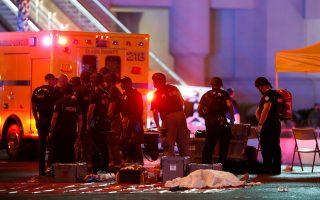 Αστυνομικοί, σιωπηλοί, σε μια νύχτα ανείπωτης φρίκης. Τουλάχιστον 58 άνθρωποι έπεσαν νεκροί το βράδυ της Κυριακής στη διάρκεια συναυλίας στο Λας Βέγκας, όταν ο συνταξιούχος λογιστής Στέφεν Πάντοκ άνοιξε πυρ από τον 32ο όροφο ξενοδοχείου.