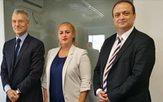 Από αριστερά: ο Διευθύνων Σύμβουλος του ΔΑΑ, κ. Γιάννης Παράσχης, η Πρόεδρος του ΤΑΙΠΕΔ, κυρία Λίλα Τσιτσογιαννοπούλου και ο Πρόεδρος του ΔΑΑ, κ. Δημήτρης Δημητρίου.