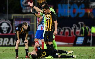 Ο Πέτρος Μάνταλος, πεσμένος στο έδαφος, έχοντας μόλις υποστεί ρήξη χιαστού. Μιχάλης Μπακάκης (αριστερά) και Βασίλης Λαμπρόπουλος (5) έχουν υποστεί ακριβώς τον ίδιο τραυματισμό φορώντας τη φανέλα της ΑΕΚ.