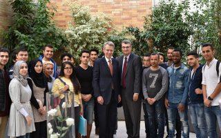 Ο Αμερικανός πρέσβης στην Αθήνα, Τζέφρεϊ Πάιατ, με τον επικεφαλής του Deree, Ντέιβιντ Χόρνερ, και κάποιους από τους πρόσφυγες-φοιτητές.
