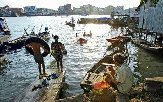 Ο ποταμός Μεκόνγκ αποτελεί μέρος της καθημερινότητας μικρών και μεγάλων από τα γύρω χωριά. (Φωτογραφία: AP Photo/Richard Vogel)