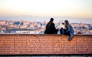 Απολαμβάνοντας τη θέα στην Αιώνια Πόλη. (Φωτογραφία: AP Photo/Domenico Stinellis)