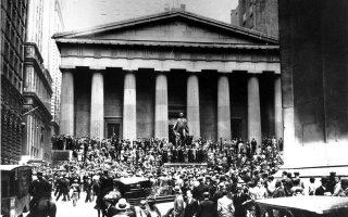 Το Χρηματιστήριο της Νέας Υόρκης βρίσκεται αντιμέτωπο με το πιο καταστρεπτικό κραχ στην ιστορία των Ηνωμένων Πολιτειών, το οποίο σήμανε την έναρξη της παγκόσμιας οικονομικής ύφεσης της δεκαετίας του '30, που έπληξε το μεγαλύτερο μέρος του δυτικού βιομηχανικού κόσμου, το 1929. Η 24η Οκτωβρίου του 1929 έμεινε ευρύτερα γνωστή ως «Μαύρη Πέμπτη», καθώς ο δείκτης Dow Jones υποχώρησε κατά 12 ποσοστιαίες μονάδες σε μία συνεδρίαση, σημάνοντας την έναρξη της εποχής της «Μεγάλης Ύφεσης». (AP Photo)