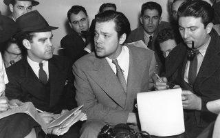 O σπουδαίος Αμερικανός σκηνοθέτης Όρσον Ουέλς, σε ηλικία μόλις 23 ετών, καταφέρνει να σπείρει τον πανικό στις ΗΠΑ, πείθοντας μέσω ραδιοφώνου το αμερικανικό κοινό, πως η Γη δέχεται διαπλανητική επίθεση από Αρειανούς, το 1938. Εδώ, εξηγει στους δημοσιογράφους πως απλώς δραματοποίησε ραδιοφωνικώς το κλασικό έργο επιστημονικής φαντασίας του Χ.Τζ. Ουέλς, «Ο Πόλεμος των Κόσμων». (AP Photo)