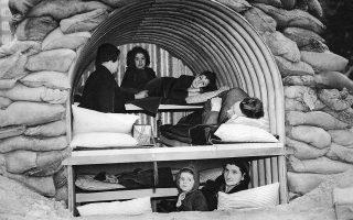 Η αίσθηση της οικογενειακής στέγης και θαλπωρής παραμένει ζωντανή στα αυτοσχέδια καταφύγια που διαμένουν οι Λονδρέζοι κατά τη διάρκεια των γερμανικών βομβαρδισμών της βρετανικής πρωτεύουσας, το 1940. (AP Photo)