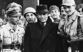 Δύο και πλέον μήνες μετά την εκθρόνιση του, ο έκπτωτος Ιταλός δικτάτορας Μπενίτο Μουσολίνι αποχωρεί από το Γκραν Σάσο των Αβρουζίων Όρων της κεντρικής Ιταλίας, όπου βρισκόταν εξόριστος σε πλήρη απομόνωση, μετά την απελευθέρωση του από Γερμανούς αλεξιπτωτιστές με διοικητή τον αξιωματικό των SS, Ότο Σκορτσένυ, το 1943. (AP Photo)