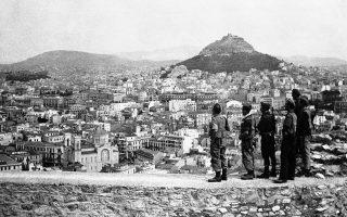 Τα γερμανικά στρατεύματα εγκαταλείπουν την ελληνική πρωτεύουσα και η Αθήνα γίνεται και πάλι ελεύθερη πόλη μετά από τρεισήμισι δύσκολα χρόνια ξένης κατοχής, το 1944. Στη φωτογραφία, οι πρώτοι Βρετανοί στρατιώτες που εισήλθαν στην πόλη αγναντεύουν τον αγέρωχο λόφο του Λυκαβηττού, ο οποίος υπήρξε μάρτυρας του πόνου, της βίας και της ανέχειας που βίωσαν οι κάτοικοι της Αθήνας και του λεκανοπεδίου επί τρία και πλέον χρόνια. (AP Photo)