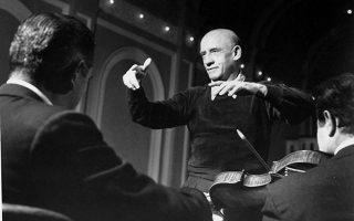 Ο σπουδαίος Έλληνας μαέστρος και συνθέτης Δημήτρης Μητρόπουλος κατά τη διάρκεια πρόβας με τη φιλαρμονική της Νέας Υόρκης, το 1955. O Μητρόπουλος υπήρξε διευθυντής της φιλαρμονικής από το 1951 μέχρι το 1957. (AP Photo)