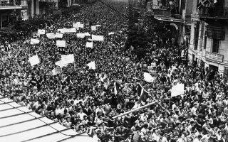 Πλήθη φοιτητών κατακλύζουν την οδό Πανεπιστημίου υπέρ της ένωσης της Κύπρου με την Ελλάδα, ενώ παράλληλα λαμβάνουν χώρα συγκρούσεις διαδηλωτών - αστυνομίας σε διάφορες πόλεις της Ελλάδας, το 1955. Ενδεικτικά, στην Πάτρα, ένα κτίριο του Βρετανικού Ινστιτούτου δέχθηκε επίθεση από οργισμένους νέους που ζητούσαν να δοθεί τέλος στη βρετανική κυριαρχία στο νησί. (AP Photo)