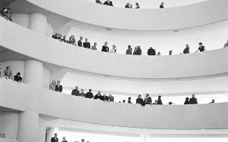 Το Μουσειό Γκουγκενχάιμ, ένα από τα εμβληματικότερα κτίρια της Νέας Υόρκης, σχεδιασμένο από τον Αμερικανό αρχιτέκτονα Φρανκ Λόιντ Ράιτ, δέχεται τους πρώτους του επισκέπτες, κατά τη διάρκεια των εγκαινίων του, το 1959. Το διάσημο μουσείο της 5ης Λεωφόρου της Νέας Υόρκης άνοιξε τις πόρτες του στο κοινό μία μέρα αργότερα. (AP Photo/Harry Harris)