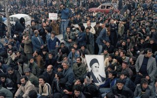 Μία μαζική συγκέντρωση κατά της εξουσίας του Σάχη του Ιράν, Μοχάμεντ Ρεζά Παχλαβί, έχει παραλύσει το κέντρο της Τεχεράνης, κατά τη διάρκεια της Ιρανικής Επανάστασης, το 1979. Οι συγκεντρωμένοι κρατούν μία εικόνα του ηγέτη της επανάστασης και μελλοντικού πολιτικού και θρησκευτικού ηγέτη του Ιράν, Αγιατολάχ Χομεϊνί. (AP Photo/Michel Lipchitz)