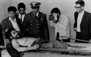 Ο Βολιβιανός στρατός παρουσιάζει το νεκρό σώμα του θρυλικού Αργεντινού επαναστάτη και ενός εκ των ηγετών της κουβανικής επανάστασης, Ερνέστο Τσε Γκεβάρα, στο Βαλεγκράντε της Βολιβίας, το 1967. Μετά από ενέδρα του βολιβιανού στρατού στην αντάρτικη ομάδα του Τσε και ένοπλη μάχη, ο 39χρονος Αργεντινός συνελήφθη και μια μέρα αργότερα εκτελέστηκε. (AP Photo)
