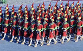 Στρατιώτες του ιρανικού στρατού, ντυμένοι ως Πέρσες πολεμιστές του μακρινού παρελθόντος, παρελαύνουν μπροστά από μέλη της βασιλικής οικογένειας και της πολιτικής εξουσίας της χώρας, κατά τη διάρκεια εθνικής εορτής για τα 2.500 χρόνια από την ίδρυση της Περσικής Αυτοκρατορίας, στην Τεχεράνη, το 1971. (AP Photo)