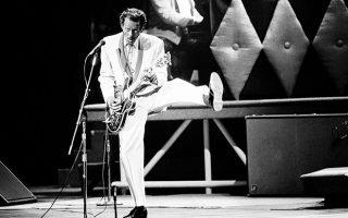 Ο Αφροαμερικανός αστέρας του ροκ εν ρολ, Τσακ Μπέρι, γιορτάζει τα 60α του γενέθλια με μία εορταστική επετειακή συναυλία, η οποία κινηματογραφείται για ένα ντοκιμαντέρ πάνω στη ζωή και του έργο του, το 1986. (AP Photo/James A. Finley)