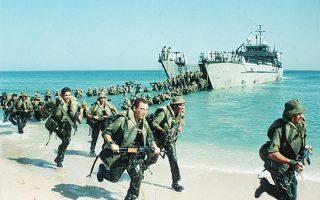 Στρατιώτες του ισραηλινού στρατού, ανήκοντες στο επίλεκτο σώμα των πεζοναυτών, πραγματοποιούν αμφίβια άσκηση ταχείας αποβίβασης σε ακτή, λίγα χιλιόμετρα βόρεια από τη Λωρίδα της Γάζας, το 1990. (AP Photo/Max Nash)