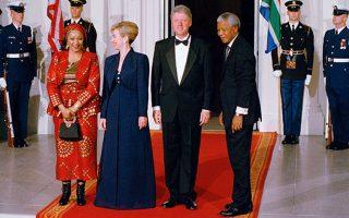 Ο Αμερικανός πρόεδρος Μπιλ Κλίντον και η πρώτη κυρία, Χίλαρι, στέκονται δίπλα στον Νοτιοαφρικανό πρόεδρο Νέλσον Μαντέλα και την κόρη του, Ζίνζι Μαντέλα Χλονγκουέιν, στον Λευκό Οίκο, το 1994. Το προεδρικό ζεύγος κάλεσε την οικογένεια Μαντέλα σε επίσημο δείπνο. (AP Photo/Marcy Nighswander)