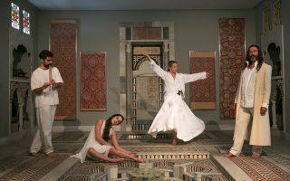 Η Ανδρομάχη Δαυλού και η Εύα Σιμάτου σε σκηνή από το «Ισκανταρναμέ», στο Μουσείο Ισλαμικής Τέχνης.