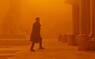Ο Ράιαν Γκόσλινγκ πρωταγωνιστεί ως νέος Blade Runner, μέσα σε ένα τοπίο μόλυνσης και απόλυτης εγκατάλειψης, στο σίκουελ του Ντενίς Βιλνέβ. Το σύνολο «απογειώνεται» και από την εξαιρετική φωτογραφία του Ρότζερ Ντίκινς.