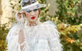Ο Κάιζερ της μόδας επέλεξε το νέο εντυπωσιακό κτίριο της φιλαρμονικής για να παρουσιάσει το Métiers d'Art show στις 6 Δεκεμβρίου.
