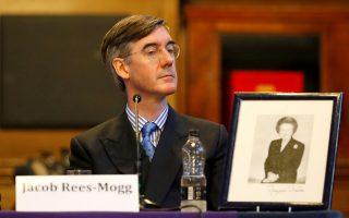 Εκ πρώτης όψεως, ο Τζέικομπ Ρις-Μογκ, βουλευτής των Συντηρητικών, δείχνει αστείος και ακίνδυνος. Δίνει την εντύπωση ότι η επίδραση του μεγάλου Τζον Κλιζ και των Monty Python υπήρξε καθοριστική στη διαμόρφωση της προσωπικότητάς του, ατυχώς όμως από την ανάποδη. Στην πραγματικότητα, είναι το πρόσωπο του δεξιού λαϊκισμού, που κερδίζει έδαφος στις τάξεις του Συντηρητικού Κόμματος της Βρετανίας, καθώς αντιδρούν στο φαινόμενο Κόρμπιν προσπαθώντας να του μοιάσουν με τον τρόπο τους. Προφανώς, ο Ρις-Μογκ δεν θα διαφωνεί με την ανάλυση του Στίβεν Μπάνον, τέως συμβούλου στρατηγικής του προέδρου Τραμπ, ο οποίος βλέπει τη Δύση να εξελίσσεται σε μια αναμέτρηση μεταξύ αριστερού και δεξιού λαϊκισμού...