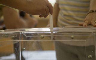 Πριν από τις κάλπες είναι απαραίτητη η προεγγραφή των ψηφοφόρων και η επαλήθευση ότι ανήκουν στους εθνικούς καταλόγους.
