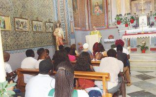 Αφρικανοί μετανάστες που βρίσκονται στη Λέσβο πηγαίνουν στον Ιερό Ναό του Αγίου Βαλεντίνου για να προσευχηθούν και να ακούσουν το κήρυγμα του Λεν.