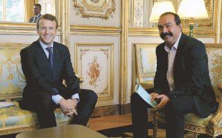 Ο Γάλλος πρόεδρος Μακρόν υποδέχεται τον επικεφαλής της εργατικής ομοσπονδίας CGT, Φιλίπ Μαρτινές, στο Μέγαρο των Ηλυσίων. Ο Μακρόν άρχισε διαβουλεύσεις με εκπροσώπους κοινωνικών ομάδων, προκειμένου να προωθήσει το δεύτερο πακέτο μεταρρυθμίσεων στην αγορά εργασίας. Στο πακέτο περιλαμβάνεται η χορήγηση επιδόματος ανεργίας στους αυτοαπασχολουμένους, στους μικρομεσαίους επιχειρηματίες που πτώχευσαν και, υπό αυστηρούς όρους, σε υπαλλήλους που έχουν παραιτηθεί, για να ευνοηθεί η κινητικότητα στην αγορά εργασίας. Ενώ τα συνδικάτα βλέπουν γέφυρες επικοινωνίας με την προεδρική ατζέντα, συνεχίζονται οι αντιδράσεις για την περαιτέρω συμπίεση των δαπανών.