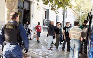 Εισέβαλαν στην πρεσβεία της Ισπανίας και την κατέλαβαν για λίγη ώρα, χθες το πρωί, μέλη του «Ρουβίκωνα». Δεκαοκτώ αναρχικοί, αφού πέταξαν φέιγ βολάν έξω από το κτίριο επί της οδού Διονυσίου Αρεοπαγίτου, απώθησαν τον σκοπό και έναν υπάλληλο security και εγκαταστάθηκαν στο εσωτερικό της πρεσβείας. Πέταξαν φυλλάδια και ανάρτησαν πανό για την Καταλωνία. Συνελήφθησαν, καθώς θα μπορούσε να προκληθεί διπλωματικό επεισόδιο, και δικάζονται σήμερα στο αυτόφωρο για διατάραξη σχέσεων με άλλη χώρα και διασάλευση οικιακής ειρήνης.