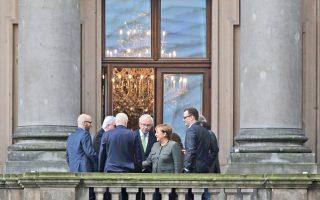 Η καγκελάριος Μέρκελ περιστοιχιζόμενη από τη διαπραγματευτική ομάδα των Χριστιανοδημοκρατών, χθες στο κτίριο του γερμανικού Κοινοβουλίου. Οι διερευνητικές συνομιλίες για τον σχηματισμό κυβέρνησης ανάμεσα στην CDU/CSU, τους Φιλελευθέρους και τους Πρασίνους ξεκίνησαν την Τρίτη. Αναμένεται, ωστόσο, ότι θα αργήσουν να καρποφορήσουν, καθώς τα κόμματα θέτουν πολλές «κόκκινες γραμμές».