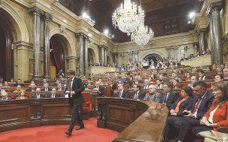 Ο πρόεδρος της Καταλωνίας Κάρλες Πουτζντεμόν υπέγραψε χθες τη διακήρυξη της καταλανικής ανεξαρτησίας, αλλά πρότεινε την προσωρινή αναστολή της ισχύος της, προκειμένου να δοθεί η ευκαιρία για διάλογο. Η Μαδρίτη, όπως έχει ήδη δηλώσει ο Μαριάνο Ραχόι, δεν θα εμπλακεί σε συνομιλίες εάν δεν εγκαταλειφθούν τα σχέδια για απόσχιση.