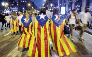 Οι αποδόσεις στα ομόλογα της Καταλωνίας, που λήγουν το 2018, εκτοξεύθηκαν από το 0,76% στις αρχές του καλοκαιριού στο 2,578% την Τετάρτη. Οικονομικοί αναλυτές προειδοποιούν για τον κίνδυνο υποβάθμισης του χρέους της Καταλωνίας εάν επιμείνει η κρίση αυτή και επηρεάσει την προοπτική των εξαγωγών της τοπικής οικονομίας.