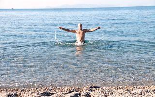 Από τις αυθόρμητες επιδείξεις συγχρονισμένης κολύμβησης, που προσέδωσαν ιδιαίτερο κάλλος, στην τελετή παράδοσης καθαρών παραλιών, χθες, προεξάρχοντος του υπουργού Κουρουμπλή…