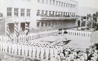 Συγκέντρωση των μαθητών των σχολών Ασπροπύργου στο κεντρικό προαύλιο, το 1966.