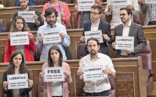 Πανό με αίτημα την αποφυλάκιση των Καταλανών ακτιβιστών Σάντσες και Κουσάρτ σήκωσαν χθες τουλάχιστον 50 μέλη του ισπανικού Κοινοβουλίου.