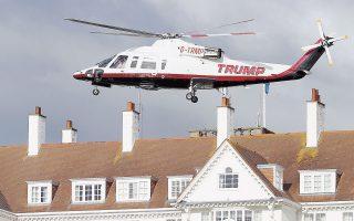 Ελικόπτερο ιδιοκτησίας του Ντόναλντ Τραμπ απογειώνεται από γήπεδο γκολφ της Σκωτίας, σε εικόνα αρχείου από τον Ιούλιο του 2015.