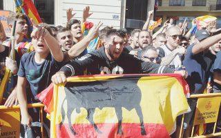 Οπαδοί της ισπανικής ενότητας στη Βαλένθια. Απόψε είναι η σειρά των αυτονομιστών να βγουν στους δρόμους.
